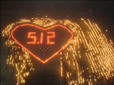 手语歌《感恩的心》,表达了师生们对灾区人民的无限关爱.
