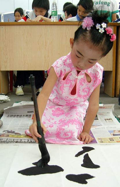 9月26日上午,我镇在石排公园举行中小学,幼儿园现场书法比赛,手抄报
