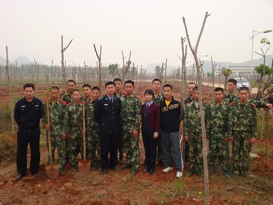 当日上午,团员青年在监狱警官餐厅门前主干道上种了120多棵树。下午,监狱团委联合驻监武警团委在监狱足球场旁边种了260多棵树。植树造林,绿化监狱,前人种树、后人遮荫,团员青年纷纷表示植树活动非常有意义,要不断的为建设新监狱作出自己的贡献。 (团英德市委稿)
