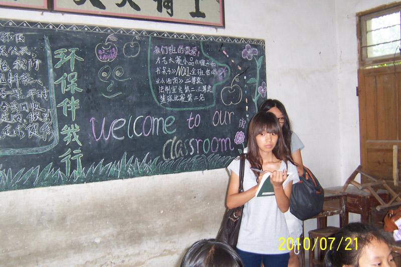 有的班级用椰子树的叶子做成了门帘,有用纸巾桶,广告纸,碎布和一次性