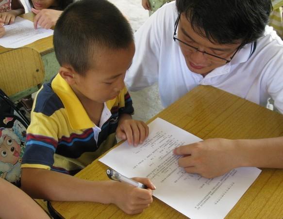 实践队员对留守儿童情况进行问卷调查