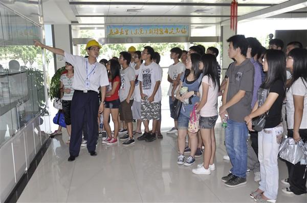 大学生来到益海嘉里油脂公司,公司人力资源主管带领学生参观了办公楼