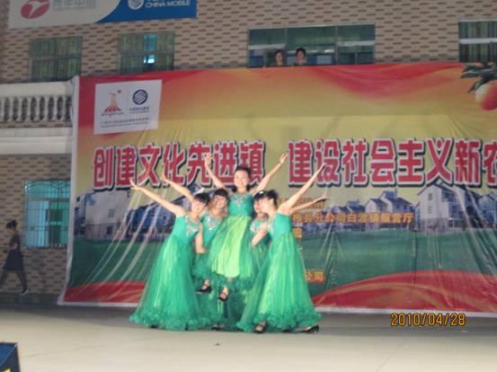 白渡雅豪幼儿园教师表演《浏阳河》