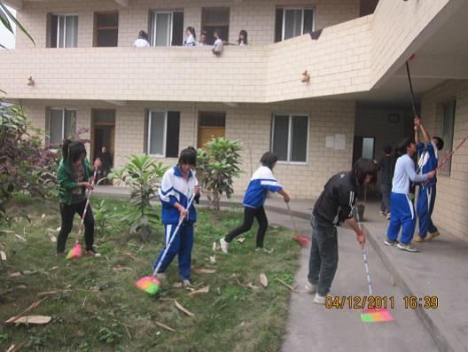 秀水中学学生到敬老院打扫卫生