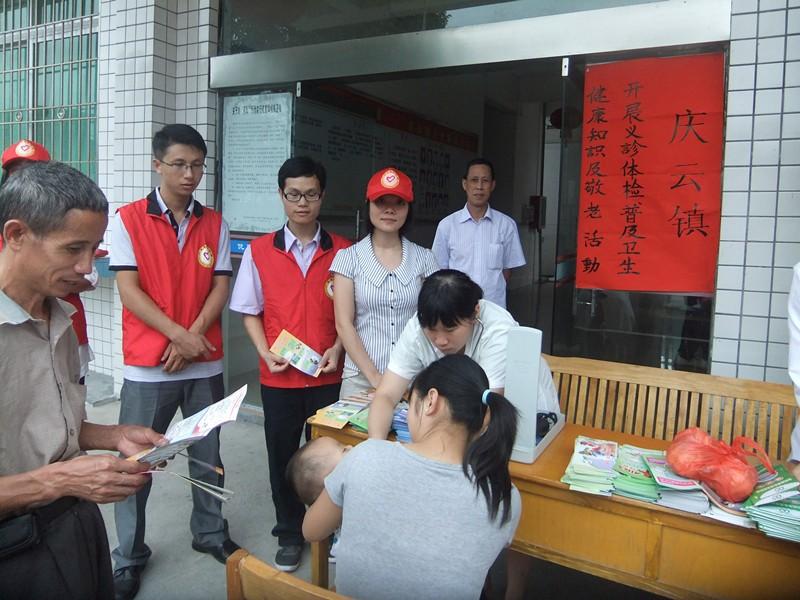 庆云镇/2、在为妇女儿童听诊,并发放健康教育宣传单。