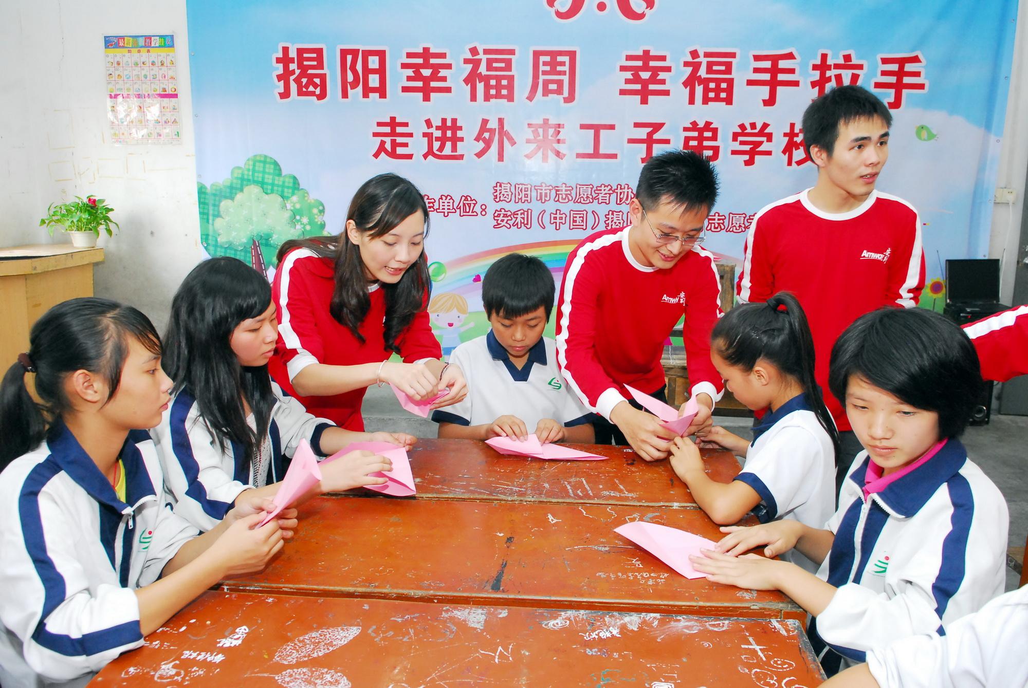 志愿者走进学校关爱农民工子女