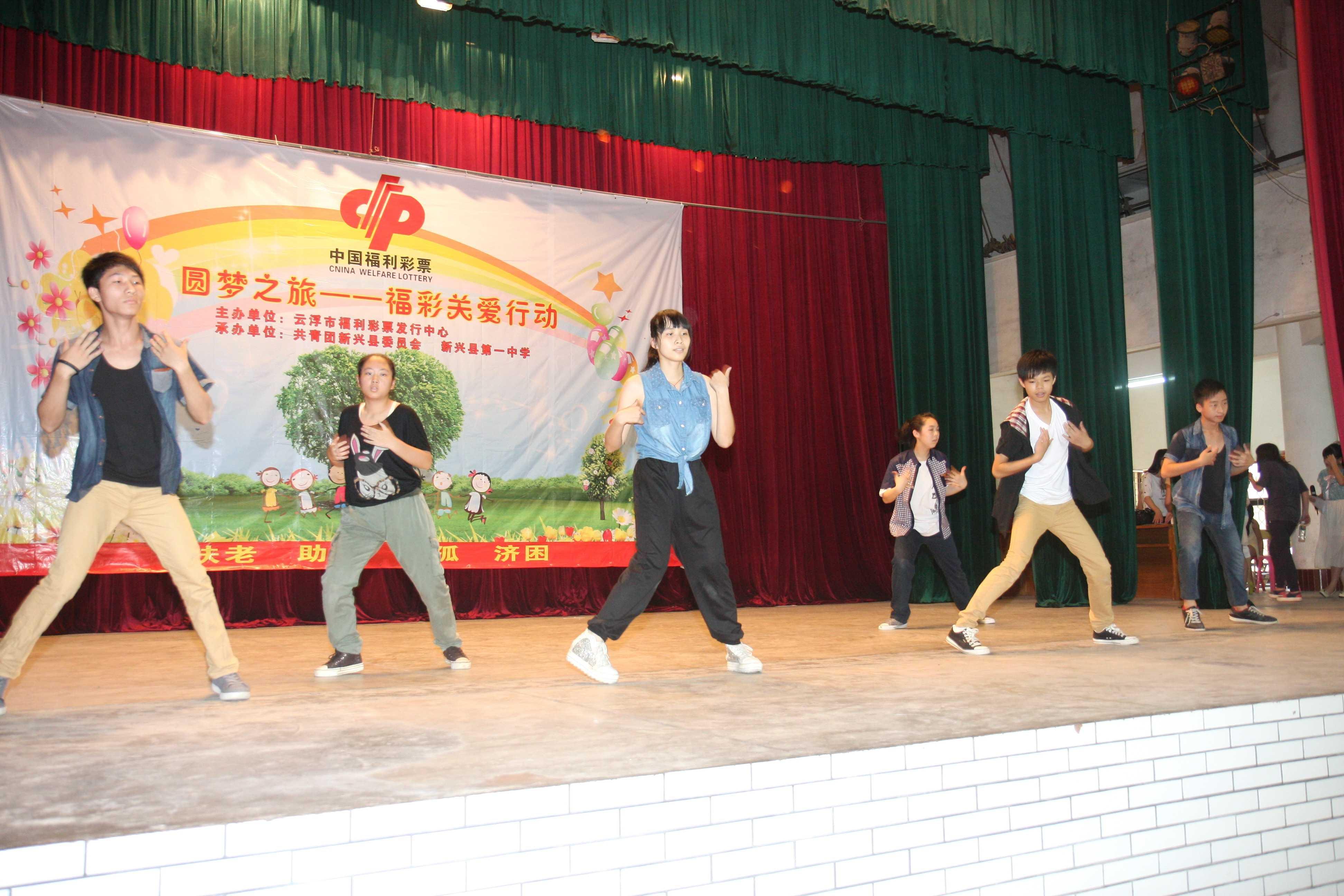 新兴县/当天中午,活动主办方把孩子们带到KFC餐厅,与他们一起提前...