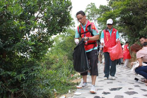 百名志愿者开展重阳节登高护林环保宣传活动