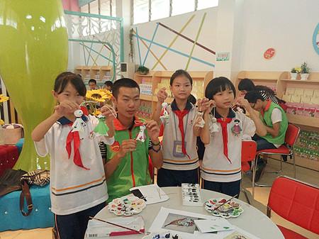 大学生志愿服务社志愿者教异地务工人员子女手绘晴天