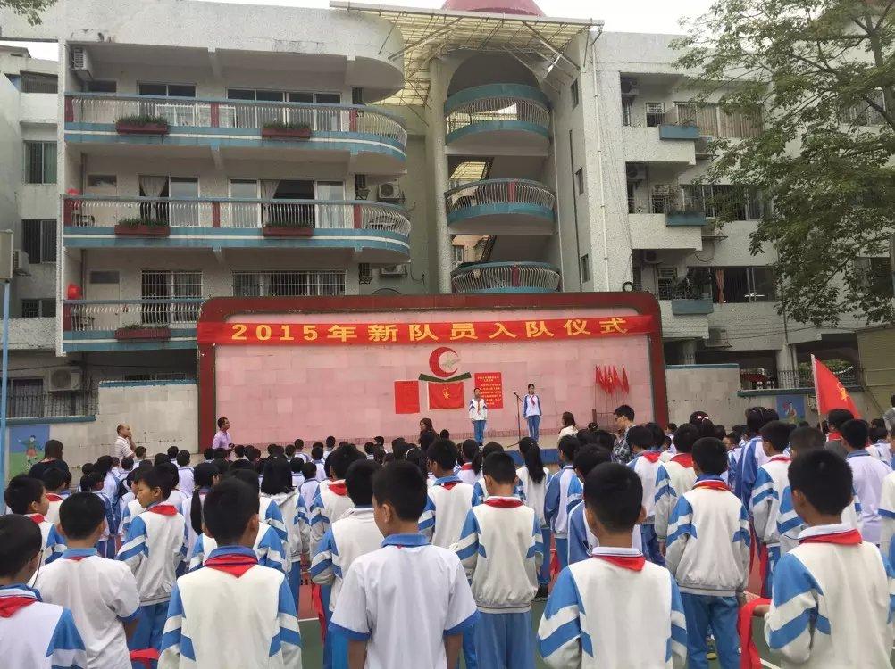10月13日上午,在第66个中国少年先锋队建队日来临之际,广宁县南街镇新城小学师生齐聚在国旗下,隆重举行2015年少先队新队员入队仪式,373名一年级新生光荣地加入了少先队组织。 随着激昂的少先队出旗曲的响起,少先队入队仪式正式开始。在少先队大队辅导员宣读新队员入队名单后,六年级的少先队队员一起为一年级新队员佩戴上鲜艳的红领巾,祝福新队员在红领巾的引领下健康快乐成长。面对庄严的少先队旗,新少先队员在大队长的带领下进行了入队宣誓,响亮的誓词彰显了他们的决心和理想。一(4)班陈梓悦同学代表新队员作了发言,决心