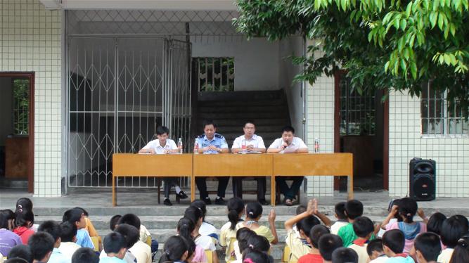 6月7日,三溪镇政府工作人员在三溪中学开展法制安全教育现场.
