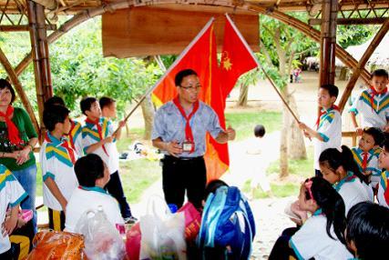 """校长谢文东在作""""红领巾心向党""""主题讲话"""