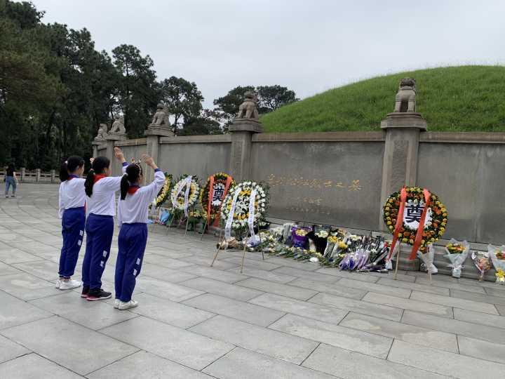 队员们在烈士陵园祭拜先烈.jpg